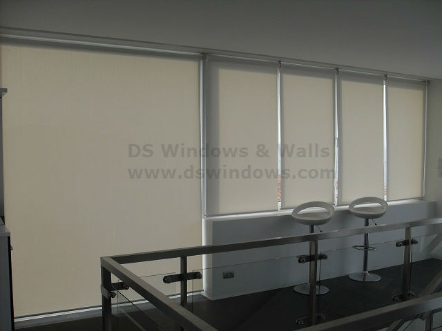Sunscreen Roller Blinds to Maintain Beautiful View of the Landscape